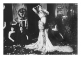 Mata Hari ex&#233;cutant des danses  brahmaniques dans la biblioth&#232;que du Mus&#233;e Guimet de Paris