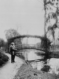 Monet devant le petit pont en automne &#224; Giverny  vers 1922