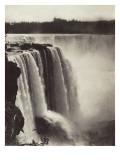 Les chutes du Niagara  au fond  vue de la ville