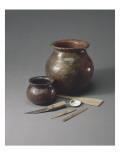 Atelier de potier : un pot à cuire  une jarre à sagou  une batte de potier et matériel de potier