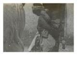 Scène de rue à Biskra ; mère portant son enfant dans le dos