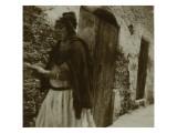 Voyage en Algérie : Femme marchant dans une rue à Biskra