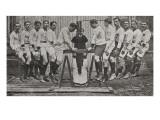 L'hercule Harold Evelyn dans son exercice de force soulevant 12 hommes avec ses pieds