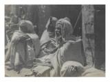 Voyage en Algérie : Bédouins assis dans une rue de Sidi-Okba