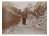 Voyage en Algérie : Femme voilée dans une rue de Sidi-Okba
