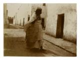 Voyage en Algérie : femme marchant dans une rue de Biskra