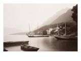 Le village de Saint-Gingolphe au bord du lac où sont ancrées barques et voiliers