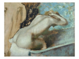 Femme assise sur le rebord d&#39; une baignoire et s&#39;&#233;pongeant le cou