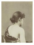 Jeune femme de trois -quarts dos  coiffée d'un chignon en buste