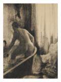 Femme debout dans une baignoire
