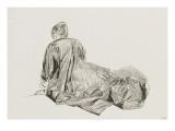 Jeune femme assise à terre
