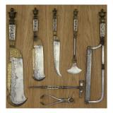7 pièces d'une trousse de veneur (2 couperets  1 scie  1 marteau tire-bouchon  1 hachette