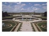 Vue extérieure et aérienne du château de Versail  côté jardins : château vu