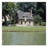 Petit Trianon : Hameau de la Reine : le colombier  vue sur la pièce d'eau  la ferme