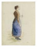 Jeune fille debout  tenant des deux mains une baguette