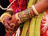 Bejewelled Bride with Henna Hands at Mumbai Wedding Papier Photo par Gerard Walker