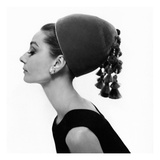 Vogue - August 1964 - Audrey Hepburn in Velvet Hat Reproduction d'art par Cecil Beaton