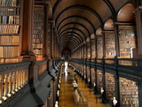 The Long Room in the Old Library at Trinity College in Dublin Reproduction d'art par Chris Hill