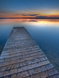 Sunset Over a Wooden Wharf on Lake Audy, Riding Mountain National Park, Manitoba, Canada Papier Photo par Rolf Hicker