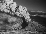 Mt. St. Helens Erupting Papier Photo par Bettmann