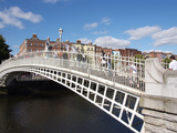 Halfpenny Bridge over River Liffey  Dublin  Republic of Ireland  Europe