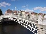 Halfpenny Bridge over River Liffey  Dublin  Republic of Ireland  Europe