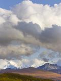 Cumulus Clouds over Snow Capped Alaska Range and Autumn Tundra Papier Photo par John Eastcott & Yva Momatiuk