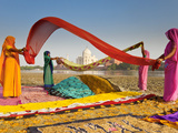 Taj Mahal, UNESCO World Heritage Site, across Yamuna River, Women Drying Colourful Saris, Agra, Utt Papier Photo par Gavin Hellier