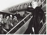 Marilyn Monroe Boards Airplane, New York, c.1956 Tableau sur toile
