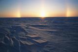 Arctic Coastal Plain, Sundog over Snowy Landscape, Alaska, USA Papier Photo par Hugh Rose