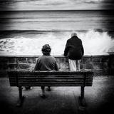 Elderly Couple Watch the Waves Papier Photo par Rory Garforth