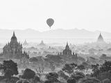 Balloon Over Bagan at Sunrise, Mandalay, Burma (Myanmar) Reproduction d'art par Nadia Isakova