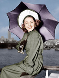 Eleanor Parker sports a new English umbrella as she arrive in NY about the Queen Elizabeth