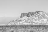 Alkefjellet (Auk Mountain) at Kapp Fanshawe, Spitsbergen, Svalbard, Norway, Scandinavia, Europe Papier Photo par Michael Nolan