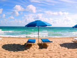 Lounge Chairs and Beach Umbrella on the Beach, Fort Lauderdale Beach, Florida, USA Papier Photo par Green Light Collection