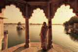 India, Rajasthan, Jaisalmer, Gadi Sagar Lake, Indian Woman Wearing Traditional Saree Outfit Papier Photo par Michele Falzone