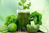 Healthy Green Vegetable Juice on Wooden Table Papier Photo par Kesu01