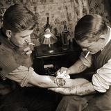 Vintage Shot of a Man Being Tattooed Papier Photo