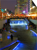 The Cheonggyecheon Stream Draws Crowds of Locals Out in Early Evening  Seoul  South Korea