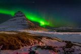 Aurora Borealis or Northern Lights over Mt Kirkjufell, Snaefellsnes Peninsula, Iceland Papier Photo par Green Light Collection