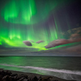 Northern Lights over the Waves Breakiing on the Beach in Seltjarnarnes, Reykjavik, Iceland Papier Photo par Green Light Collection