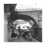 Rock 'n' Roll Dancers on Paris Quays, River Seine, 1950s Reproduction d'art par Paul Almasy
