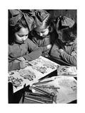 Mädchen mit Malbuch in Condove/Susa in Italien  1943