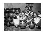 Junge Frauen in Tracht trinken an einem Messestand Bier  1934