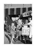 Eisverkauf vor einem der Eingangstore zum Oktoberfest  um 1935
