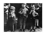 Kinder essen Brezeln  1932