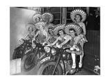 Frauen des Tobis-Balletts mit Motorrädern  1939