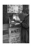 Jungen in ihrer selbstgebauten Tauschbude für Sammelbilder  1933