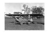 Frau neben einem Kleinflugzeug  1927