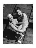 Ein Rettungsschimmer posiert mit weiblichem Badegast  1939